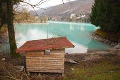 Hühnercoup durch See Stockbild