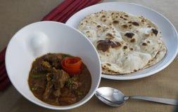 Hühnercurry mit indischen Broten lizenzfreies stockbild