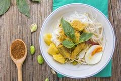 Hühnercurry mit thailändischen Reissuppennudeln Stockfotografie