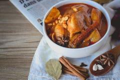Hühnercurry, thailändisches Lebensmittel, thailändische Küche mit Kräutern stockbilder