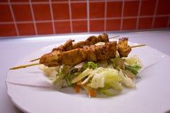 Hühnercurryaufsteckspindel diente auf die Oberseite des Gemüsesalats gemacht vom Kopfsalat und von anderem Stockfotos