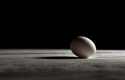 Hühnerei auf hölzernem Brett Stockbild