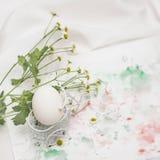 Hühnereien auf Album mit Farbe, Anschläge, Stellen und frische Blumen, Gänseblümchen, helle rustikale Serviette Konzept für Oster Lizenzfreie Stockfotografie