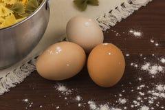 Hühnereien auf dem Tisch Stockfotografie