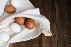 Hühnereien auf der alten Tabelle Lizenzfreie Stockfotografie