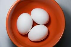 Hühnereien auf Platte stockfotos