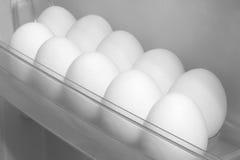 Hühnereien, die im Kühlschrank liegen Stockfotografie