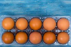 Hühnereien mit farbigem Oberteil im Plastikkasten Lizenzfreies Stockfoto