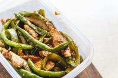 Hühnereintopf und grüne Bohnen in den Plastiköfen für Kühlraum oder das Einfrieren stockbilder