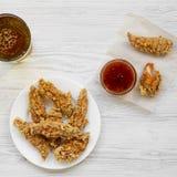 Hühnerfinger mit sauer-süßer Soße und Glas kaltem Bier, Draufsicht Von oben obenliegend Nahaufnahme lizenzfreie stockbilder