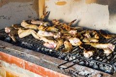 Hühnerflügel auf Grill lizenzfreie stockfotografie