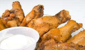 Hühnerflügel auf Platte Stockbild
