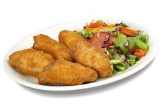 Hühnerflügel u. Salat lizenzfreies stockbild