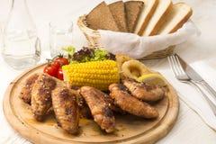 Hühnerflügel werden gegrillt stockfotos