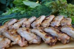 Hühnergrill und viele grünes Gemüse Stockbild