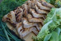 Hühnergrill und viele grünes Gemüse Stockfotografie