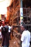 Hühnerkäfige im Markt Lizenzfreie Stockfotos