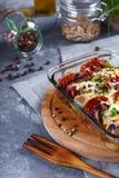 Hühnerkasserolle von Tomaten, Zwiebeln, Käse-und Gewürz-Menü und Restaurant-Konzept auf Gray Background On der Küchentisch mit stockfoto
