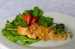 Hühnerkebab auf Platte, Abschluss herauf Ansicht Lizenzfreie Stockfotografie