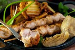 Hühnerkebab, frische Gurken, Artischocken und Pfeffer auf einer weißen keramischen Wanne lizenzfreies stockbild