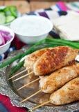 Hühnerkebab mit Gemüse, Soße und Pittabrot Lizenzfreies Stockfoto