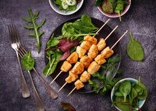 Hühnerkebabs mit grünem Salat Lizenzfreie Stockbilder