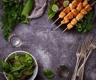 Hühnerkebabs mit grünem Salat Stockbilder