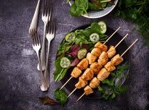 Hühnerkebabs mit grünem Salat Lizenzfreies Stockfoto