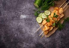 Hühnerkebabs mit grünem Salat stockfoto
