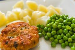 Hühnerkotelett mit grünen Erbsen Lizenzfreie Stockfotos