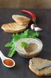 Hühnerleberpastete auf Brot und im Glas Lizenzfreie Stockfotografie
