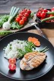 Hühnerleiste auf Platte mit Reis lizenzfreies stockfoto