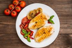 Hühnerleiste gegrillt mit Gemüse Hölzerner Hintergrund Beschneidungspfad eingeschlossen stockfoto