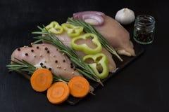 Hühnerleistenleiste mit Rosmarin und Gemüse, Karotten Pfeffer, Knoblauchzwiebeln Stockfoto