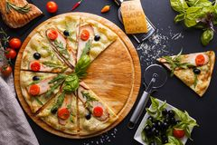 Hühnerpizza Lizenzfreies Stockfoto