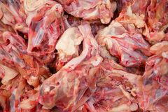 Hühnerrahmen im Supermarkt Stockfoto