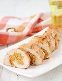 Hühnerrolle angefüllt mit Kürbis und Nüssen Stockbild