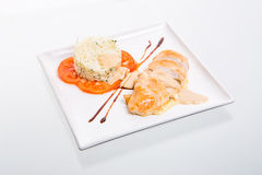 Hühnerrolle mit Reis und Tomaten stockfotografie