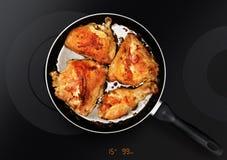 Hühnerschenkel auf Bratpfanne stockfotografie