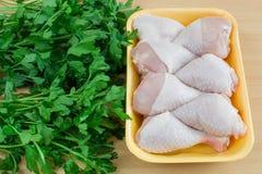 Hühnerschenkel auf dem Tisch Lizenzfreie Stockfotos