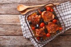 Hühnerschenkel gebacken mit Tomaten und porcini Pilzen nah oben stockfoto