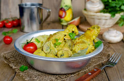 Hühnerschenkel mit Pilzen in einer sahnigen Soße mit gestampftem pota Lizenzfreie Stockfotos