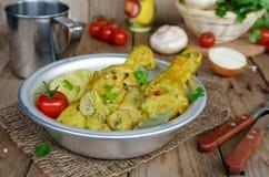 Hühnerschenkel mit Pilzen in einer sahnigen Soße mit gestampftem pota Stockfoto