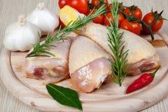 Hühnerschenkel - roh - Huhn mit Gemüse Stockbild
