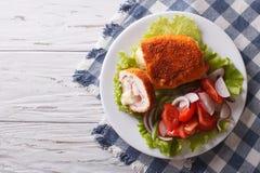 Hühnerschnitzel cordon bleu und ein Salat horizontale Draufsicht Stockfoto
