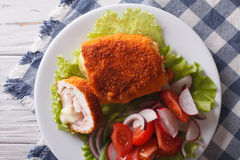 Hühnerschnitzel cordon bleu und eine Salatnahaufnahme horizontales t Lizenzfreie Stockfotos