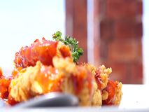 Hühnersoße wird auf der Restauranttabelle gedient stock video