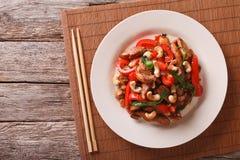 Hühnerstücke brieten mit Gemüse- und Acajounussnahaufnahme Ho Lizenzfreie Stockfotos