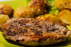 Hühnersteak mit gebratenen Zwiebeln und Kartoffeln Stockbilder