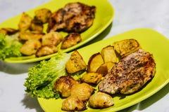 Hühnersteak mit gebratenen Zwiebeln und Kartoffeln Stockfotografie